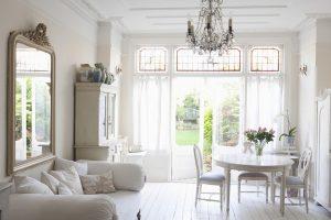 La importancia de las vitrinas dentro de la decoración de un salón